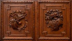 Puertas de madera del guardarropa o del armario fotos de archivo