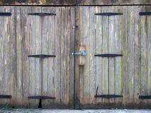 Puertas de madera del tablón del tablón gris rural viejo con una cerradura del perno y bisagras oxidadas del hierro fotografía de archivo
