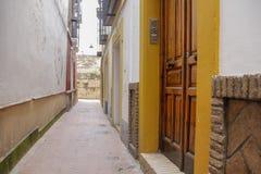 Puertas de madera en calle estrecha Foto de archivo