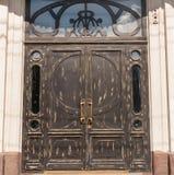 Puertas de madera en el edificio de oficinas Imágenes de archivo libres de regalías