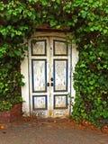 Puertas de madera en jardín Foto de archivo libre de regalías