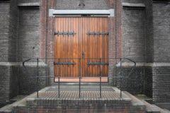Puertas de madera de la iglesia imagen de archivo libre de regalías