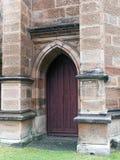 Puertas de madera de la inserción de la iglesia vieja de la piedra arenisca, Sydney, Australia fotos de archivo libres de regalías
