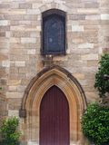 Puertas de madera de la inserción de la iglesia vieja de la piedra arenisca, Sydney, Australia foto de archivo