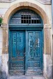 Puertas de madera pintadas verdes que forman escamas, Zagreb, Croacia foto de archivo