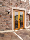 Puertas de madera por un edificio de piedra Imagen de archivo libre de regalías