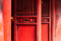 Puertas de madera rojas en el templo de la literatura Quoc Tu Giam, Hanoi, Vietnam imagen de archivo