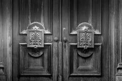 Puertas de madera viejas con el detalle arquitectónico imagen de archivo