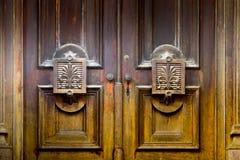Puertas de madera viejas con el detalle arquitectónico fotografía de archivo