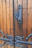 Puertas de madera viejas con hardware negro adornado Fotos de archivo libres de regalías