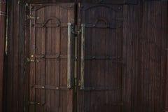 Puertas de madera viejas con los anillos imágenes de archivo libres de regalías