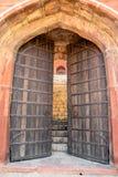 Puertas de madera viejas grandes de la puerta Foto de archivo