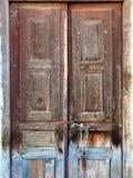 Puertas de madera viejas, necesitando la pintura y la renovación Fotografía de archivo