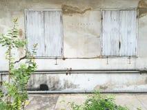 Puertas de madera y ventanas para construir el edificio antiguo, viejo y a VE Imagen de archivo libre de regalías
