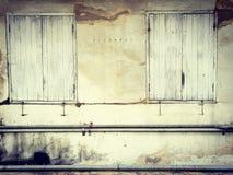 Puertas de madera y ventanas para construir el edificio antiguo, viejo y a VE Imagenes de archivo