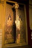 Puertas de oro del templo tailandés imágenes de archivo libres de regalías