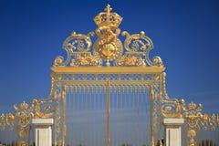 Puertas de oro en Versalles. Francia Imágenes de archivo libres de regalías