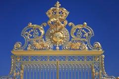 Puertas de oro en Versalles. Francia Foto de archivo