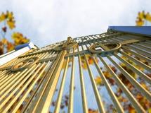 Puertas de oro y Autumn Leaves de los cielos fotografía de archivo