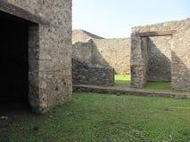 Puertas de piedra del castillo que llevan a un cielo azul Foto de archivo