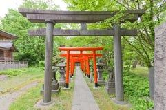 Puertas de Torii de la capilla sintoísta de Hachiman, Akita, Japón Imágenes de archivo libres de regalías