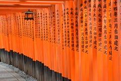 Puertas de Torii en Kyoto, Japón Foto de archivo