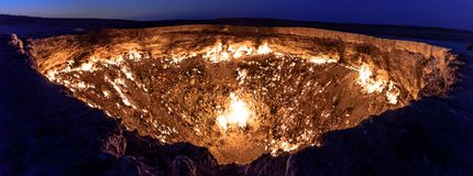Puertas de Turkmenistán del gas ardiente del infierno fotografía de archivo