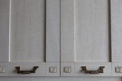 Puertas de un gabinete de madera en la cocina Fotografía de archivo libre de regalías