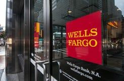 Puertas de una rama de Wells Fargo en New York City Fotos de archivo libres de regalías