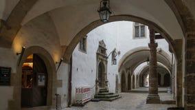 Puertas del arco de las casas viejas del rothenburg en centro histórico foto de archivo