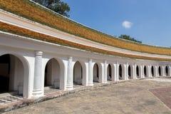 Puertas del arco del templo con el cielo azul Fotografía de archivo libre de regalías