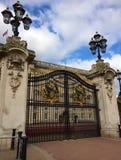 Puertas del Buckingham Palace - uno de los pocos palacios reales de trabajo restantes del mundo imágenes de archivo libres de regalías