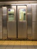 puertas del coche de subterráneo de Nueva York Fotografía de archivo