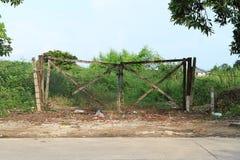 Puertas del daño y tierra abandonada Fotografía de archivo