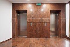 Puertas del elevador en pasillo fotos de archivo