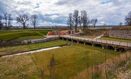 Puertas del emperador y puente de madera en la fortaleza de Daugavpils Foto de archivo