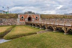 Puertas del emperador y puente de madera en la fortaleza de Daugavpils Imágenes de archivo libres de regalías
