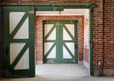 Puertas del establo del caballo verde y blanco Imágenes de archivo libres de regalías