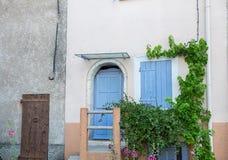 Puertas del estilo de Provence y obturadores de madera azules de la ventana imagen de archivo