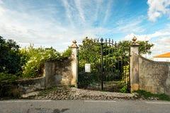 Puertas del hierro labrado cerca del jardín de la casa Imagen de archivo