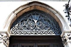 puertas del metal con el arco imagen de archivo libre de regalías