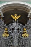 Puertas del palacio del invierno en St Petersburg Imágenes de archivo libres de regalías