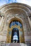 Puertas del Palais magnífico en París imagenes de archivo