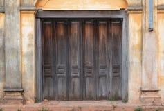 Puertas del viejo estilo de la casa vieja Imagenes de archivo