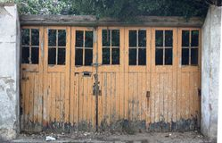 Puertas dobles bloqueadas de madera viejas sucias imagen de archivo libre de regalías