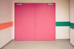Puertas dobles coloridas cerradas adelante en el pasillo fotografía de archivo