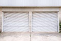 Puertas dobles del garage fotos de archivo