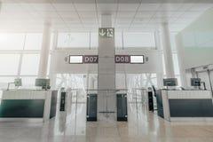 Puertas en un terminal de aeropuerto foto de archivo
