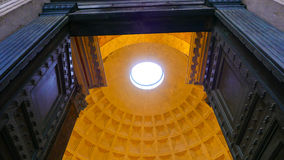 Puertas enormes y bóveda impresionante del panteón en Roma fotografía de archivo