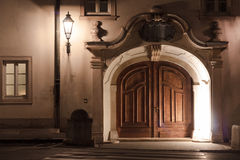 Puertas europeas en la noche imagen de archivo libre de regalías